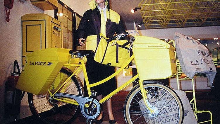 (Un postier et son vélo moderne, dans une installation du Musée de la Poste. © V De Groot - Wikipedia.)