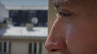 Pierre, 25 ans, garde des symptômes du coronavirus. (France 2)