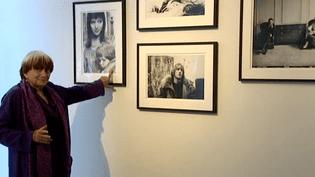 """Agnès Varda présente son exposition photo """"Une barrière ouverte"""" à la Galerie Photo Cinéma de l'Institut Lumière, le 24 septembre 2016.  (France 3 / capture d'écran)"""