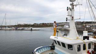 Un pêcheur sur son navire à Kirkwall (Royaume-Uni), le 6 septembre 2021. (ADRIAN DENNIS / AFP)