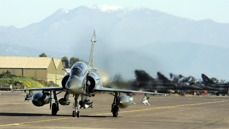 Illustrationd'un avion de chasse qui décolle depuis la base de Solenzara en Corse. (GERARD BALDOCCHI / MAXPPP)