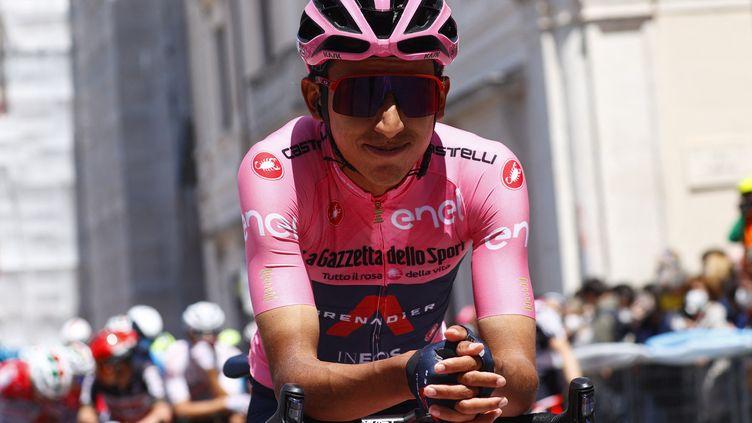Le nouveau leader du Tour d'Italie, le Coilombien Egan Bernal, lors du départ de la 10e étape le 17 mai 2021. (LUCA BETTINI / AFP)