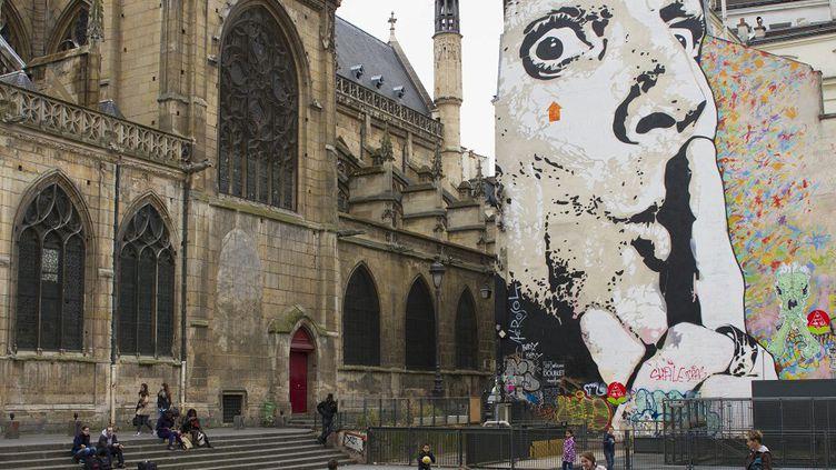 Une fresque sur la place Igor-Stravinsky, dans le 4e arrondissement de Paris.  (JACQUES LOIC / PHOTONONSTOP / AFP)
