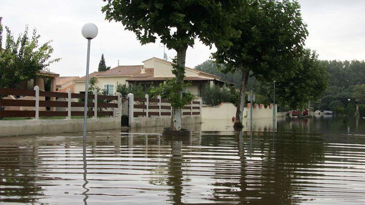 Une rue inondée, le 10 septembre 2005au Cailar, dans le Gard. (DOMINIQUE FAGET / AFP)