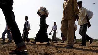 Des migrants en provenance de Birmanie et du Bangladesh arrivent àLhoksukon (Indonésie), le 13 mai 2015. (RONI BINTANG / REUTERS)