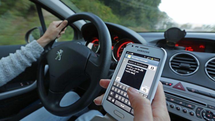 Le plan du gouvernement contre la mortalité routière prévoit d'interdire toute utilisation du téléphone au volant, hors kits Bluetooth. (MAXPPP)