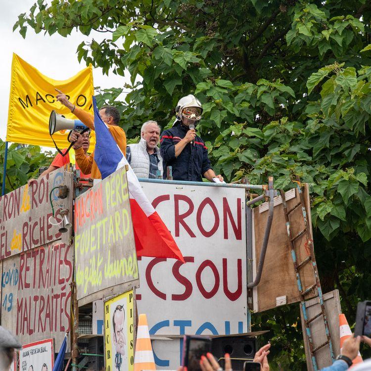 Une manifestation contre le pass sanitaire à Metz (Moselle), le 7 août 2021, où une pancarte antisémite (absente de cette image) a été brandie. (NICOLAS BILLIAUX / HANS LUCAS / AFP)