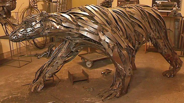 L'ours en métal de Pascal Bejeannin, symbole de la disparition des ours polaires au Groenland  (Capture d'image France 3/Culturebox)