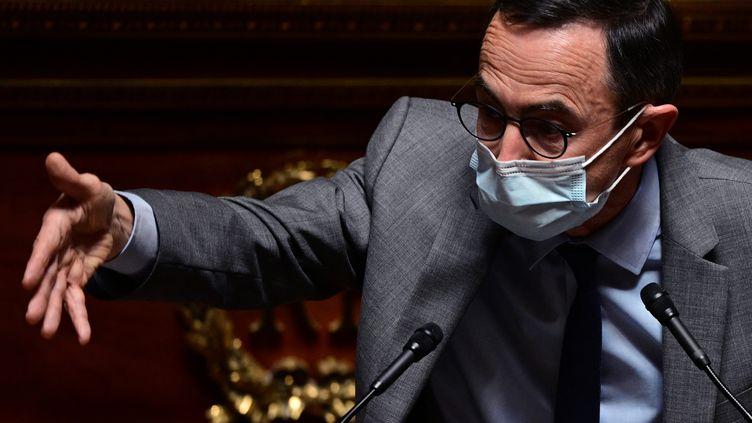 Le président du groupe Les Républicains au Sénat, Bruno Retailleau, s'adresse aux sénateurs le 1er avril 2021 à Paris. (MARTIN BUREAU / AFP)