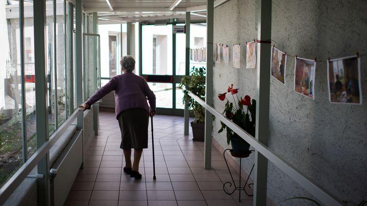 Residente de un Ehpad en Haute-Goulaine (Loire-Atlantique), 30 de marzo de 2021 (LOIC VENANCE / AFP)