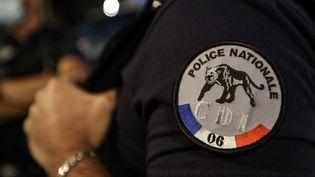 Le logo de la police nationale sur la tenue d'un officier, lors d'un rassemblement de policiers contre les annonces de Christophe Castaner sur les violences policières, le 11 juin 2020 à Nice (Alpes-Maritimes). (VALERY HACHE / AFP)