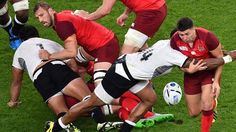 Dans le match d'ouverture, l'Angleterre a été bousculée par les Fidjiens, à l'image de Ben Morgan plaqué par Waisea