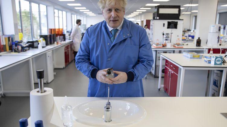 Le Premier ministre britannique Boris Johnson, visite un laboratoire, à Londres, le 6 mars 2020. (JACK HILL / AFP)
