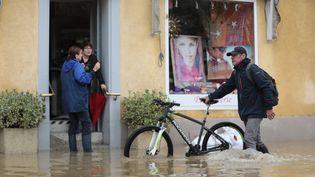 Des habitants dans la commune inondée d'Hegenheim (Haut-Rhin), le 13 juillet 2021. (VINCENT VOEGTLIN / MAXPPP)