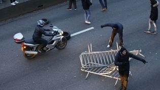 Des chauffeurs de taxis manifestent, le 26 janvier 2016 sur le périphérique parisien, au niveau de la porte Maillot. (THOMAS SAMSON / AFP)
