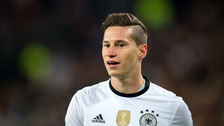 L'international allemand Julian Draxler, 23 ans, qui évoluait à Wolfsburg, s'est officiellement engagé avec le PSG jusqu'en 2021, a annoncé le club parisien mardi. Ci-contre le 8 octobre 2016. (THOMAS EISENHUTH / ZB)