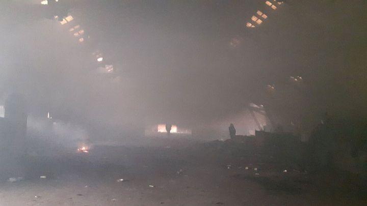 Les feux de camp provoquent une fumée permanente dans l'entrepôt. (RADIO FRANCE / ISABELLE LABEYRIE)