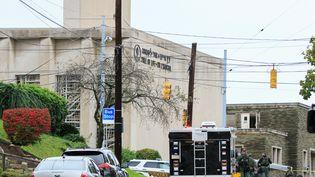 """Des policiers d'élite sont stationnés, le 27 octobre 2018, devant la synagogue """"Tree of life"""" de Pittsburgh (Etats-Unis), où un tireur a ouvert le feu. (JOHN ALTDORFER / REUTERS)"""