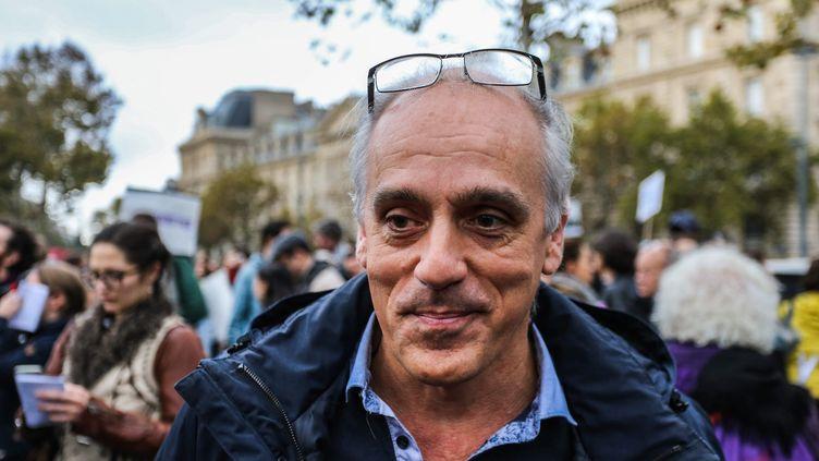 Philippe Poutou lors du rassemblement de victimes d'harcèlement et d'agressions sexuelles, à Paris, le 29 octobre 2017. (MAXPPP)