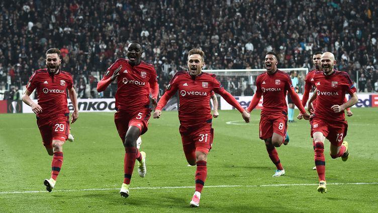 La joie des Lyonnais après leur victoire contre Besiktas en quarts de finale de l'Europa League. (OZAN KOSE / AFP)