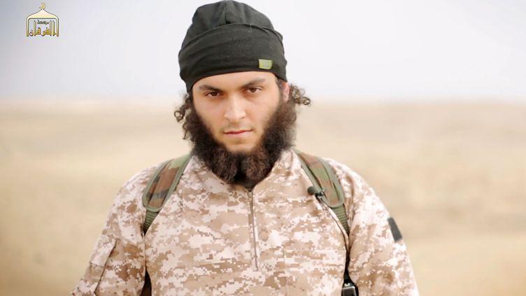Cet homme présentdans une vidéo de propagande de l'Etat islamique diffusée le 16 novembre 2014 a été identifié par le parquet comme le Français Mickaël Dos Santos. (AL-FURQAN MEDIA / AFP)