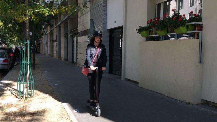 Une conductrice de trottinette électriques sur un trottoir de Paris dans le XVème arrondissement, le 27 septembre 2018. (FRANCEINFO)