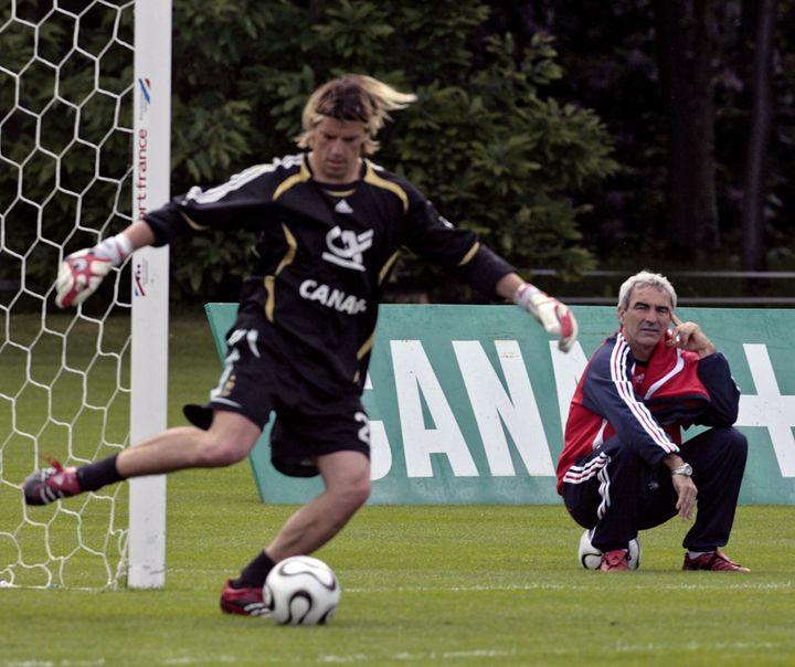 Grégory Coupet, gardien numéro 2 des Bleus en 2006, et Raymond Domenech, alors sélectionneur de l'équipe de France. (PASCAL PAVANI / AFP)