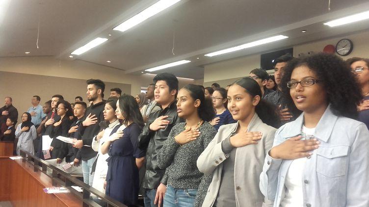 """Les élèves de Noisy-le-Sec assistent à une """"cérémonie de citoyenneté"""" à Washington, où de jeunes gens acquièrent la nationalité américaine. Comme eux, ils chantent l'hymne américain. (SOLENNE LE HEN / RADIO FRANCE)"""