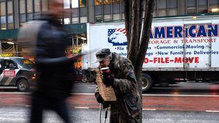 Un sans-abri dans les rues de New York, en février 2015. (JEWEL SAMAD / AFP)