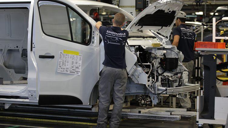 Des employés travaillent dans l'usine Renault de Sandouville (Seine-Maritime), le 30 septembre 2014. (CHARLY TRIBALLEAU / AFP)