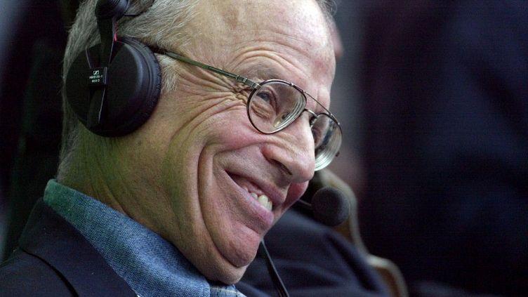 Le commentateur sportif Thierry Rolandle 11 mai 2002 au Stade de France à Saint-Denis. (JOEL SAGET / AFP)