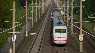 Le train à grande vitesse allemande ICE circule sur une voie ferrée près de Wolfsburg (Allemagne), le 23 avril 2014. (JOCHEN LÜBKE / DPA / AFP)