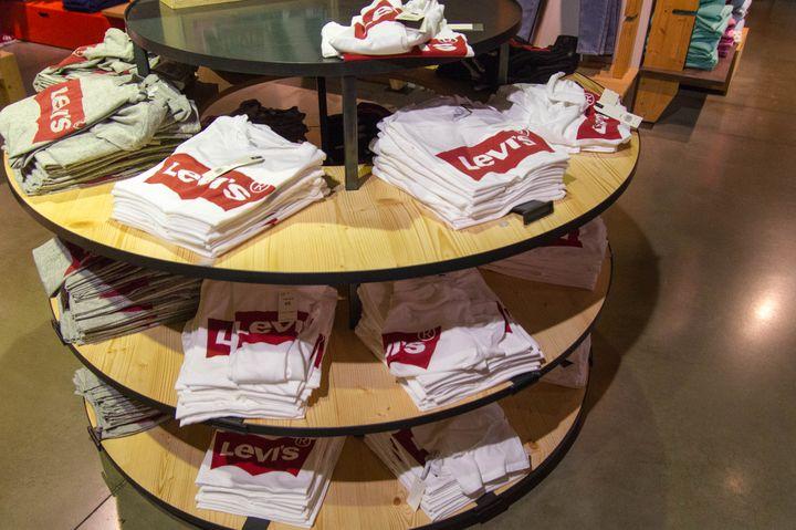 Un présentoir proposant des tee-shirts Levi's à Paris, le 23 octobre 2018. (ELODIE DROUARD / FRANCEINFO)