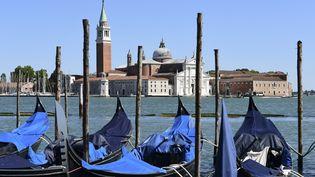 Des gondoles amarrées à la place Saint-Marc à Venise le 27 mai 2020 (MIGUEL MEDINA / AFP)