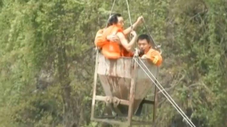 Une montée des eaux du fleuve Han a surpris 25 ouvriers qui travaillaient sur un nouveau pont dans la province chinoise du Shaanxi, le 2 avril 2015. (CCTV / APTN)