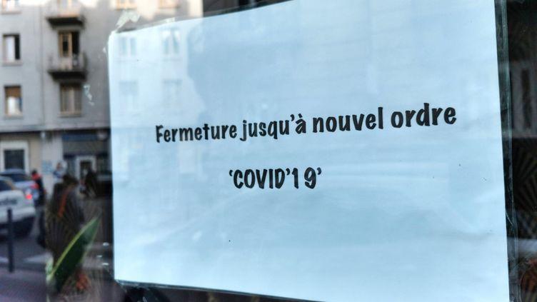 La vitrine d'une boutique fermée, le 6 novembre 2020, à Valence (Drôme). (NICOLAS GUYONNET / HANS LUCAS / AFP)