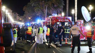Des policiers, des pompiers et le personnel du Samu sur les lieux de l'attentat du 14 juillet 2016 à Nice (Alpes-Maritimes). (VALERY HACHE / AFP)