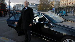 Un chauffeur de VTC de la société Drive. Le rapport Thévenoud propose d'interdire la géolocalisation de ces chauffeurs, que les taxis voient comme une concurrence déloyale. (MAXPPP)