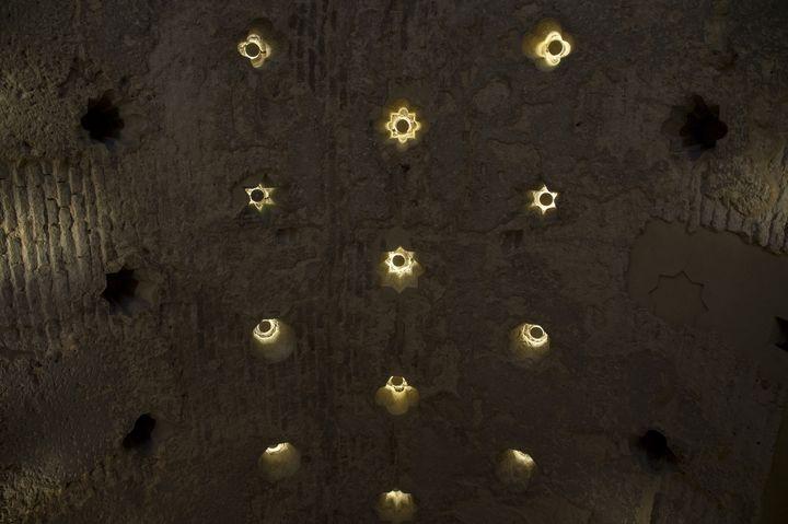 Le plafond du bar Giralda, à Séville, en Espagne, restauré, laisse apercevoir les restes d'un hammam du XIIe siècle. (CRISTINA QUICLER / AFP)