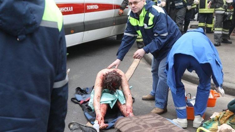Les secours moscovites s'occupent des victimes de l'attentat de la station du Parc Koultoury, la seconde explosion. (AFP Photos)