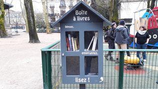 Une boîte à livres installée dans les rues de Besançon (Doubs). (ANNE FAUVARQUE / RADIO FRANCE)