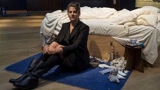"""L'artiste Tracey Emin et son installation """"My Bed"""" lors de la présentation à la presse chez Christie's, le 27 juin 2014.  (NIKLAS HALLE'N / AFP)"""