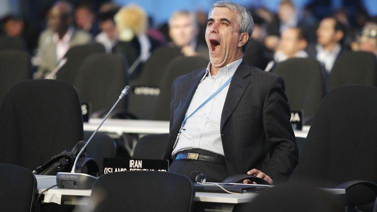 Un participant à la20e conférence des parties de la convention-cadre des Nations unies sur les changements climatiques, réunie à Lima au Pérou, baille de fatigue, le 13 décembre 2014. (ENRIQUE CASTRO-MENDIVIL / REUTERS)