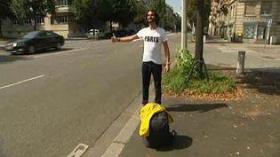 Avant même de commencer son tour du monde,Muammer Yilmaz a commencé son voyage en se rendant,en auto-stop, à Paris. (FRANCE 3 ALSACE)