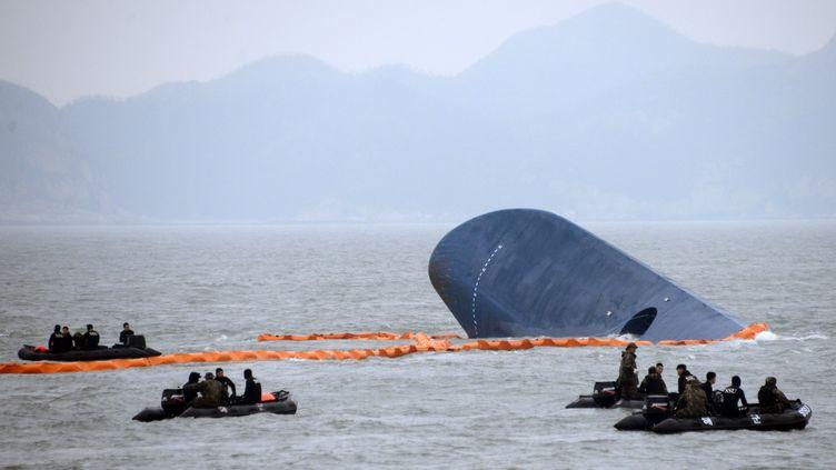 """Le ferry accidenté, le """"Sewol"""", le 17 avril 2014, au large de la Corée du Sud. (ED JONES / AFP)"""