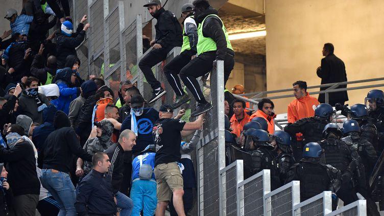 Les forces de l'ordre interviennent dans le stade Velodrome, à Marseille, après des échauffourées entre supporters de l'OM et de l'OL lors d'un match, le 12 mai 2019. (GERARD JULIEN / AFP)