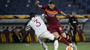 Edin Dzeko, l'attaquant de l'AS Roma, buteur contre Manchester United, ici face au défenseur Eric Bailly, le 6 mai 2021 au Stade Olympique de Rome. (FILIPPO MONTEFORTE / AFP)