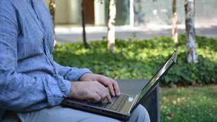 Un homme avec son ordinateur portable en plein télétravail.  (JEAN-CHRISTOPHE BOURDILLAT / RADIO FRANCE)