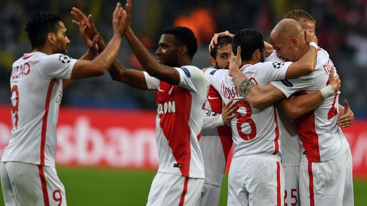 Radamel Falcao (à gauche) félicité par Thomas Lemar (au centre) après la victoire de l'AS Monaco sur la pelouse du Borussia Dortmund en quarts de finale de la Ligue des Champions (3-2). (FEDERICO GAMBARINI / DPA)