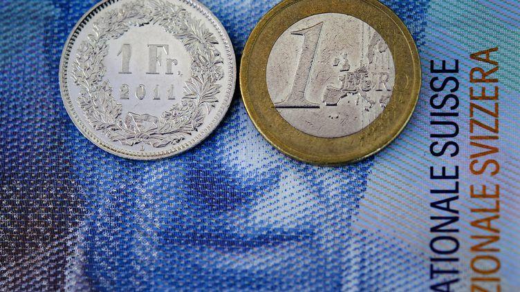 Le franc suisse a gagné, jeudi 15 janvier, environ 20% par rapport aux autres devises. Le 16 septembre, le taux était d'environ1,02 franc suisse pour 1 euro. (FABRICE COFFRINI / AFP)